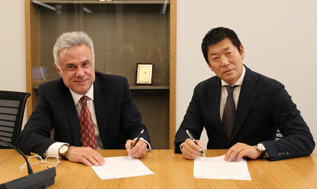 IPF President Victor Bevine and FIG President Morinari Watanabe signing the Memorandum of Understanding between the two bodies.